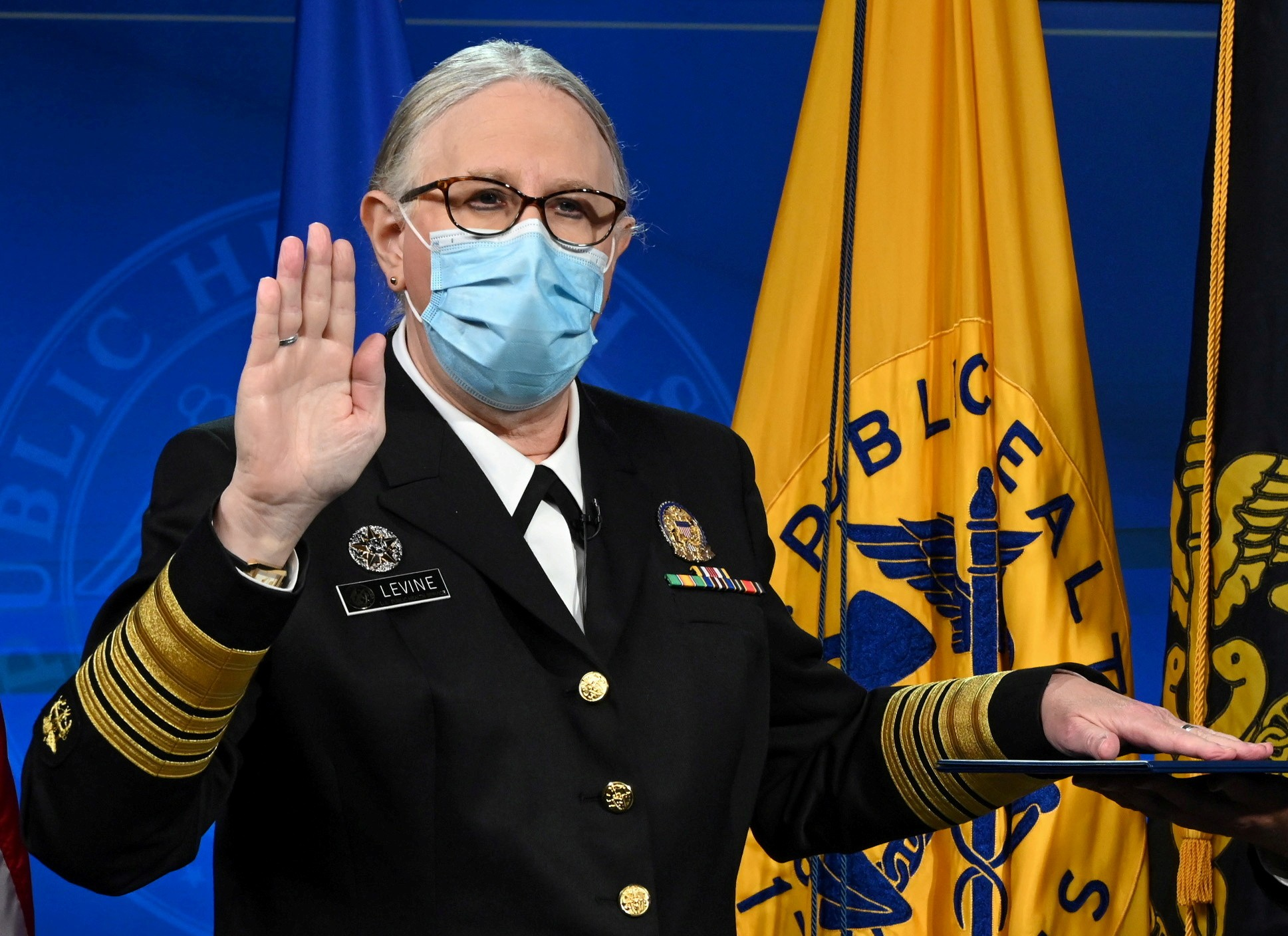 Médica toma posse como 1ª pessoa trans nos EUA a chegar ao cargo de almirante quatro estrelas