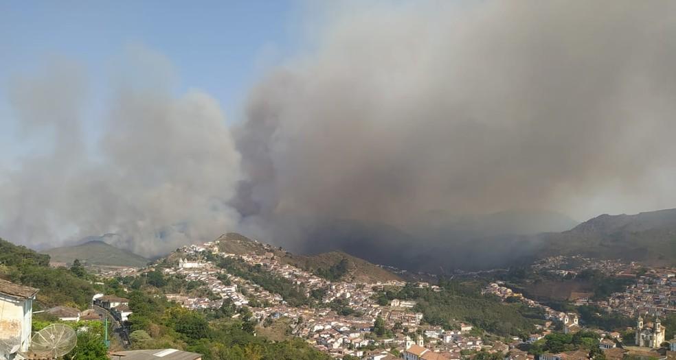 Bombeiros combatem, pelo segundo dia, incêndio no Parque Estadual do Itacolomi, em Ouro Preto — Foto: Divulgação/Cobom
