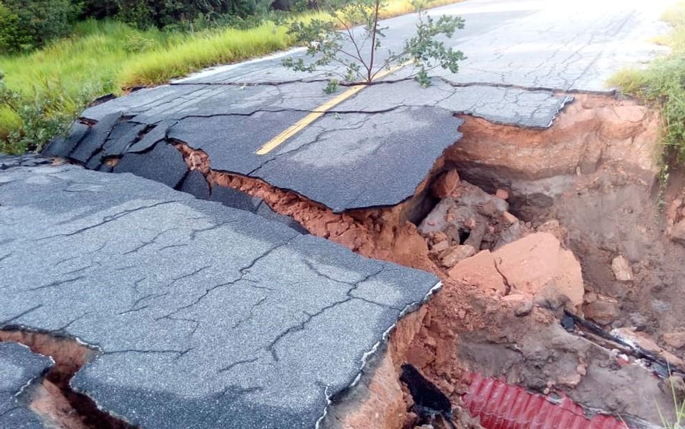 Trecho da BA-001 foi interditada após deslizamento de terra (Foto: Divulgação / Secretaria de Meio Ambiente)