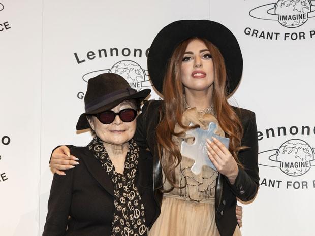 Lady Gaga abraça Yoko Ono (Foto: AP)