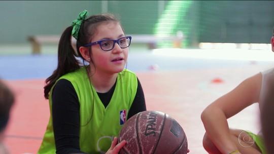 Com lesão cerebral, menina de 11 anos tem no basquete um motivo a mais para sorrir