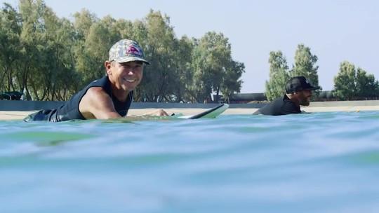 Veterano de 68 anos inaugura esquerda da onda artificial de Kelly Slater