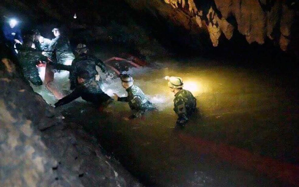 Foto distribuída pelo Centro de Operações de Resgate mostra socorristas na caverna na Tailândia onde 12 meninos e um adulto estão presos (Foto: AP Photo)