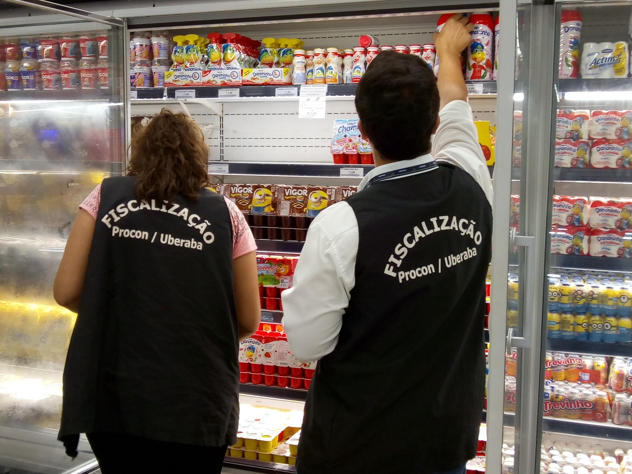 Procon autua dois supermercados por venda de alimentos com data de validade vencida em Uberaba