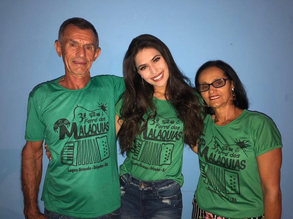 Amanda Malaquias ao lado dos pais — Foto: Arquivo Pessoal