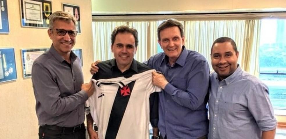 Campello com Alexandre Izquierdo e Marcelo Crivella — Foto: Divulgação/Supervasco.com