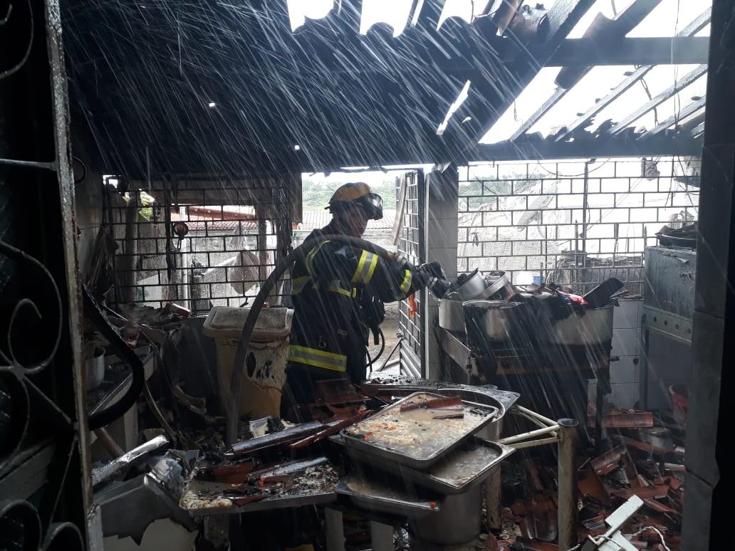 Incêndio em cozinha de buffet deixa duas pessoas feridas em Penedo, AL