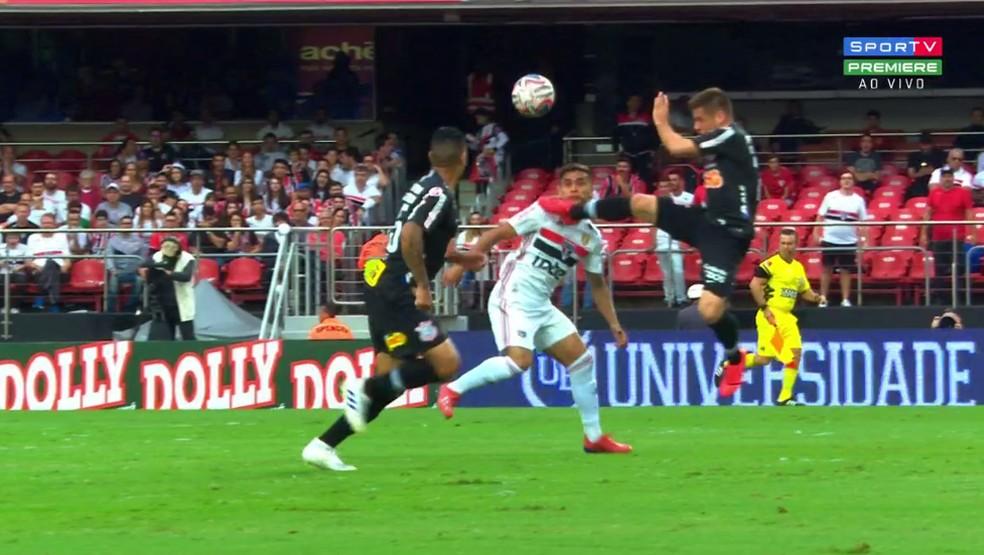 Ramiro entra forte em Everton Felipe e recebe cartão amarelo em São Paulo x Corinthians — Foto: reprodução