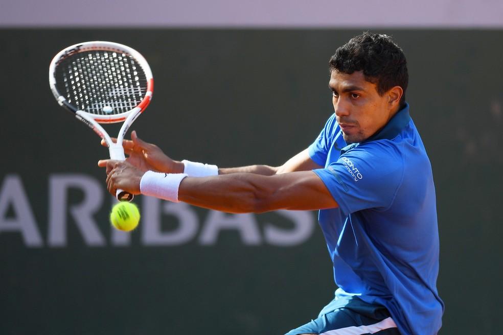 Thiago Monteiro em ação contra Marcos Giron em Roland Garros — Foto: Shaun Botterill / Getty Images