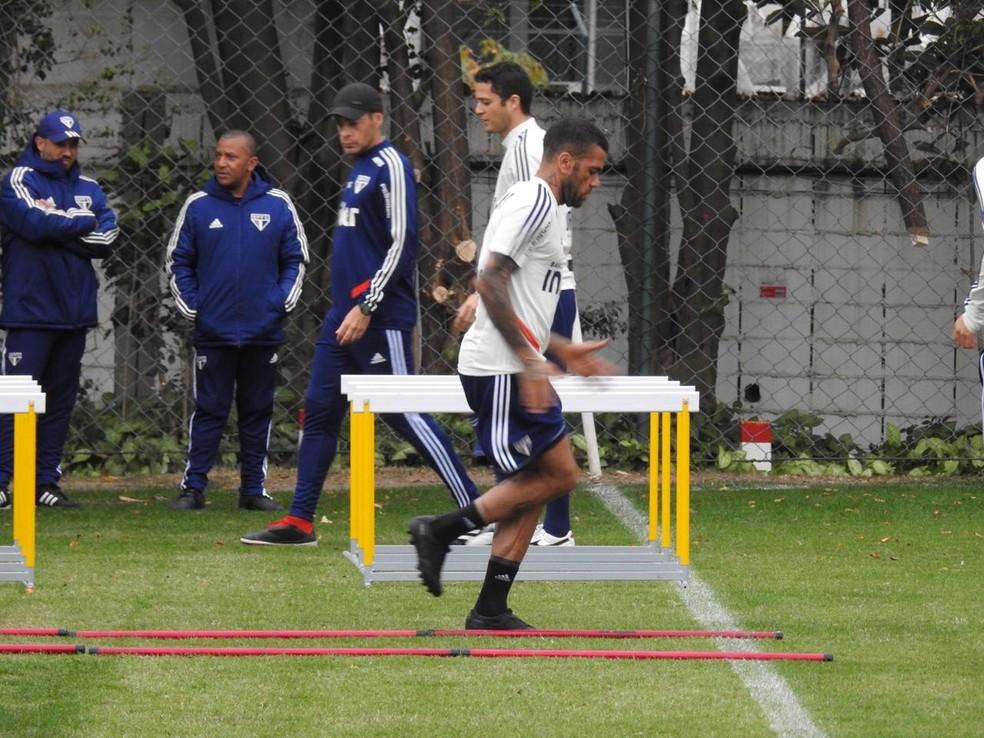 Daniel Alves durante treino físico no São Paulo — Foto: Eduardo Rodrigues
