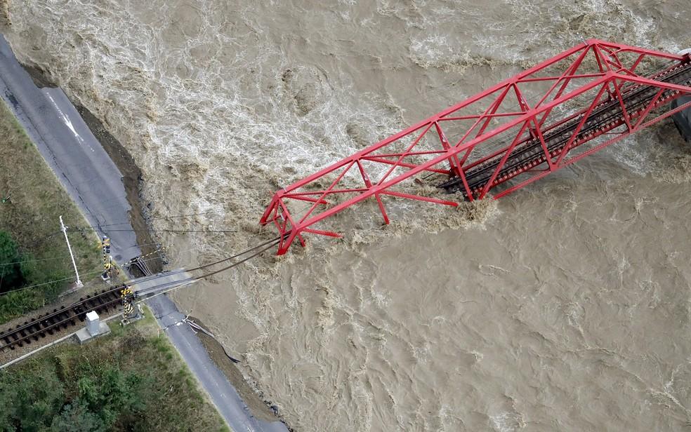 Ponte ferroviária sobre o rio Chikuma, em Ueda, caiu — Foto: Kyodo / via Reuters