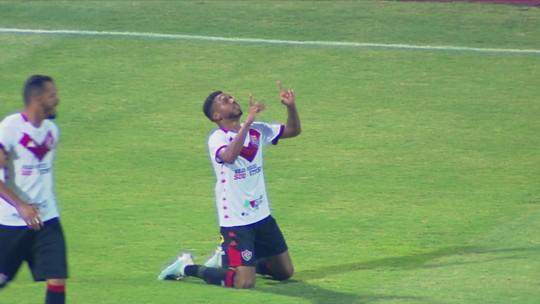 Gol do Vitória! Wesley bate de fora da área, bola desvia na marcação e encobre o goleiro Rafael Santos aos 27 do 1º tempo