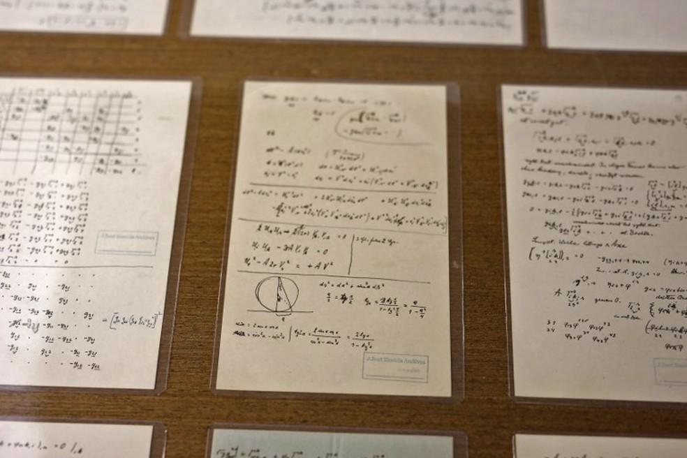 Em uma das anotações, Einstein confesssa que, depois de 50 anos de dedicação, ele ainda não entendia a natureza quântica d luz — Foto: MENAHEM KAHANA / AFP