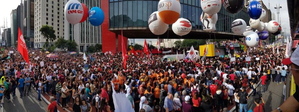 Estudantes protestam contra corte de verbas na educação — Foto: Fábio Tito/ G1 SP
