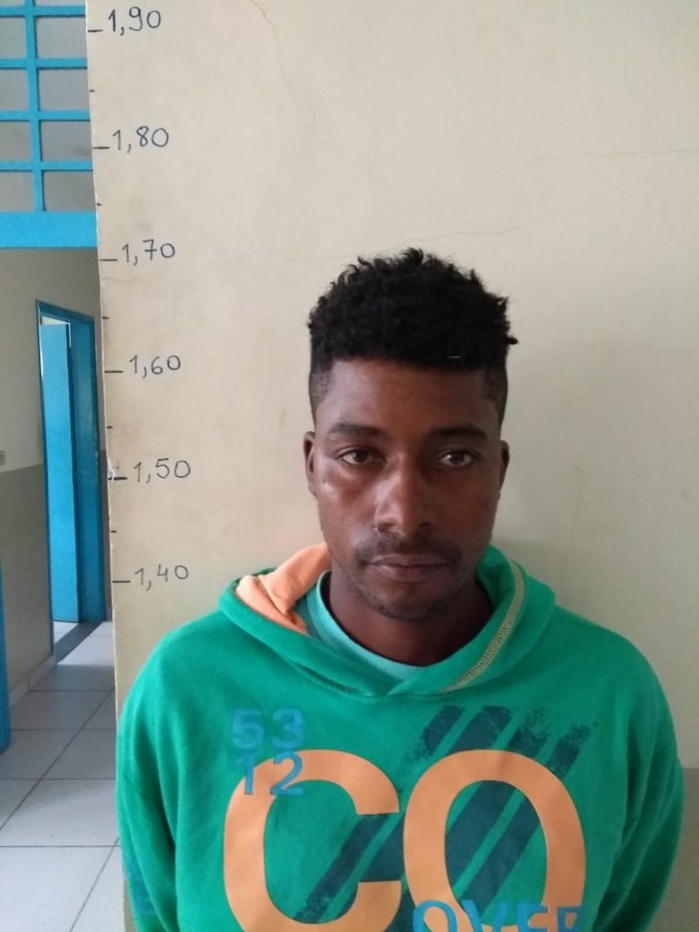 Eliomar fugiu após o crime, foi preso na capital paulista e trazido para o Vale do Ribeira — Foto: G1 Santos