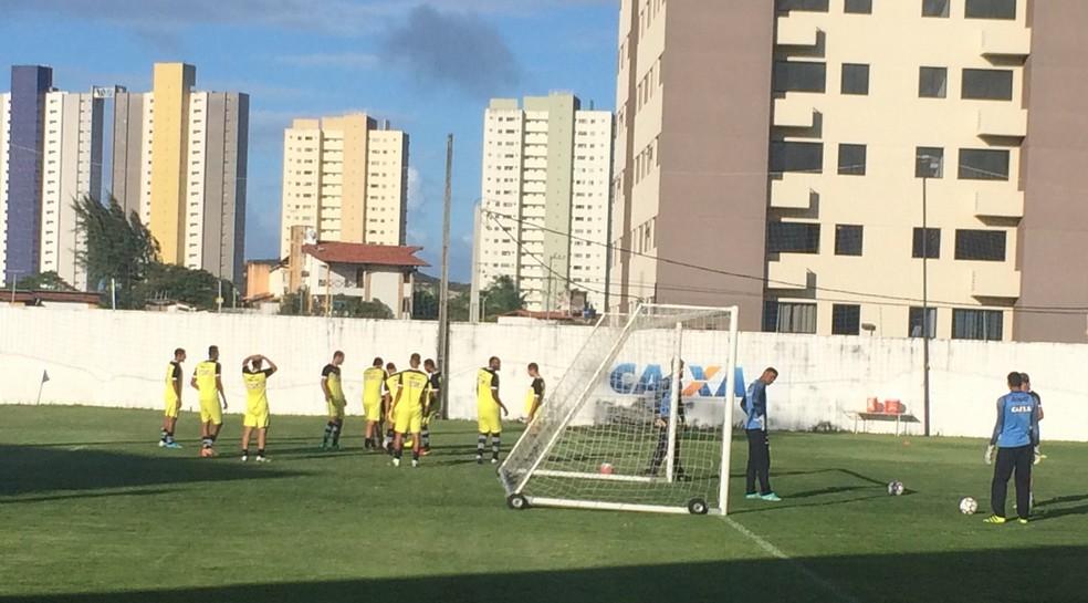 Ranielle Ribeiro comandou as atividades no treino desta terça-feira no ABC (Foto: Leonardo Erys/GloboEsporte.com)