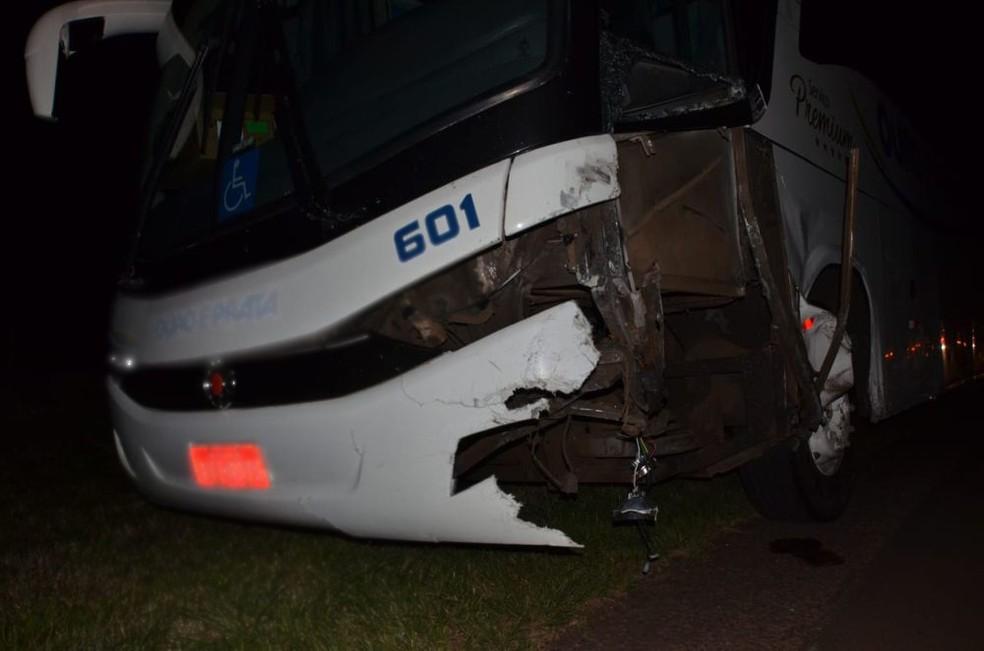 Os 26 tripulantes do ônibus intermunicipal que fazia o trajeto de Porto Alegre a Cruz Alta não ficaram feridos (Foto: Rodrigo Soares/ Je Acontece)