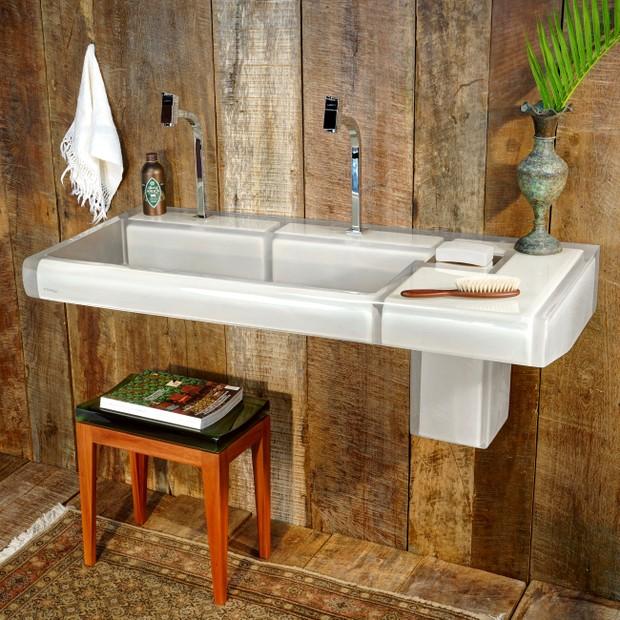 Cubas: banheiro com parede e piso de madeira com cuba de semi-encaixe branca.