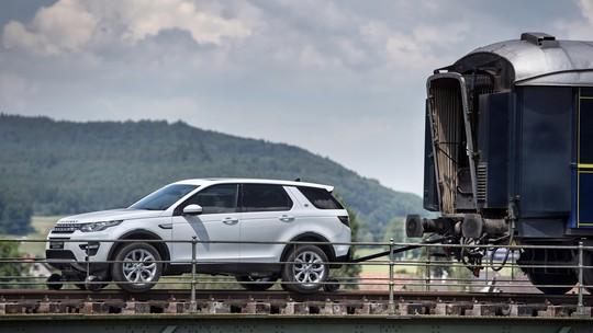 VÍDEO: SUV de luxo puxa sozinho trem de mais de 100 toneladas