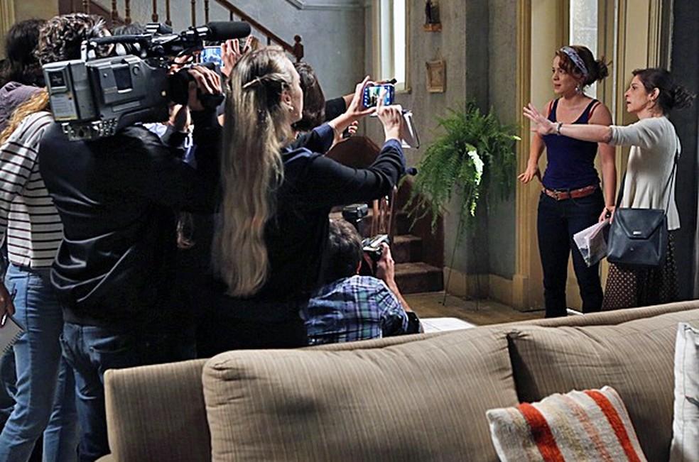 Cora (Drica Moraes) conta para jornalistas que Cristina (Leandra Leal) é filha de José Alfredo (Alexandre Nero) - 'Império' — Foto: Fábio Rocha/Globo