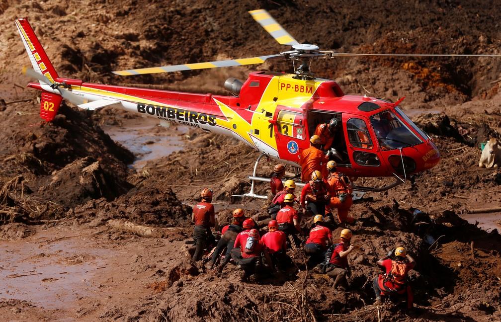 Membros do corpo de bombeiros procuram por sobreviventes na lama em Brumadinho — Foto: Adriano Machado/Reuters