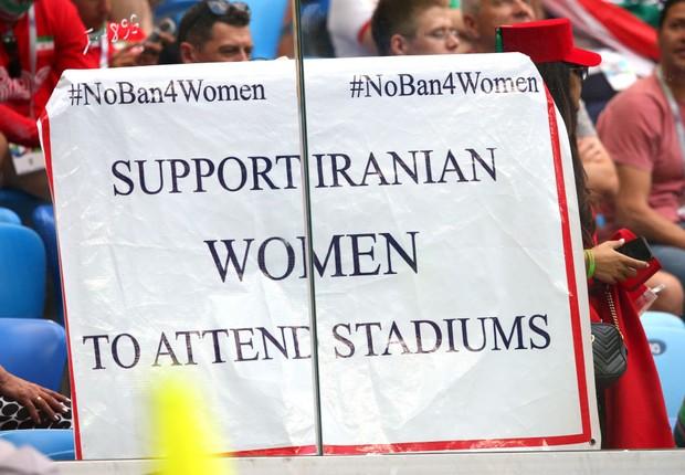 Cartaz pedindo o direito das mulheres iranianas de assistirem a partidas de futebol durante jogo do Irã e Marrocos na Copa do Mundo da Rússia 2018 (Foto: Alex Livesey/Getty Images)