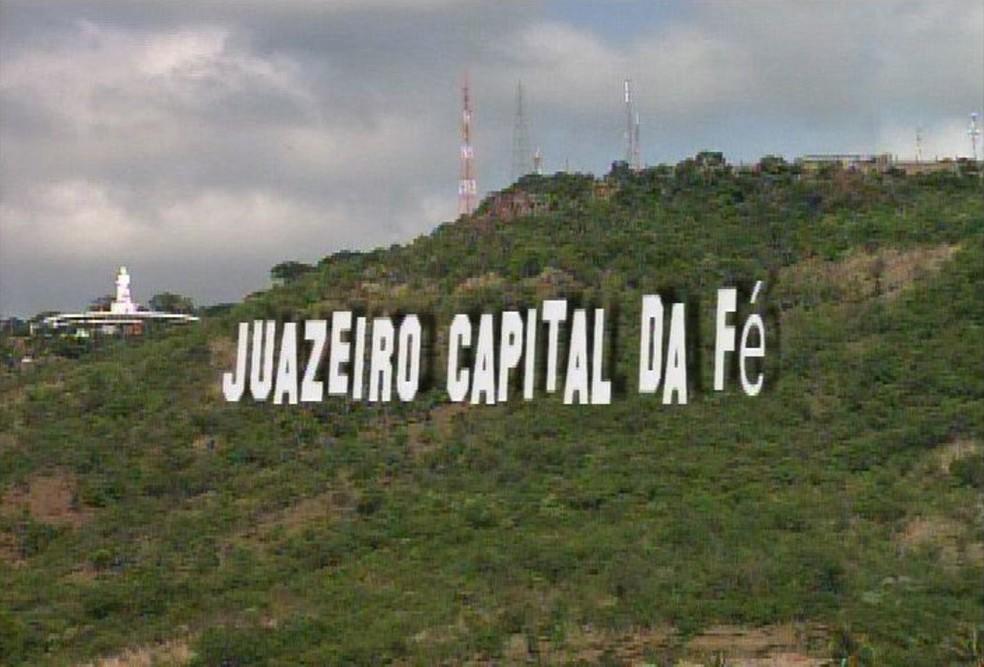 Versão digital do letreiro que será instalado na colina do Horto, em Juazeiro do Norte, ao lado da estátua de padre Cícero (à esquerda) (Foto: TV Verdes Mares/Reprodução)