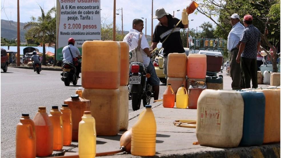 O combustível subsidiado da Venezuela é levado para países como a Colômbia em recipientes como esses e vendido mais caro aos motoristas (Foto: Getty Images)