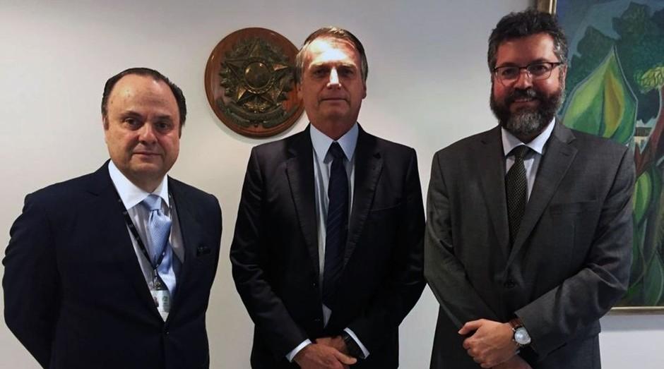 O embaixador Mario Vilalva, o presidente Jair Bolsonaro e o ministro das Relações Exteriores, Ernesto Araújo (Foto: Jair Bolsonaro/Redes Sociais/Direitos Reservados)