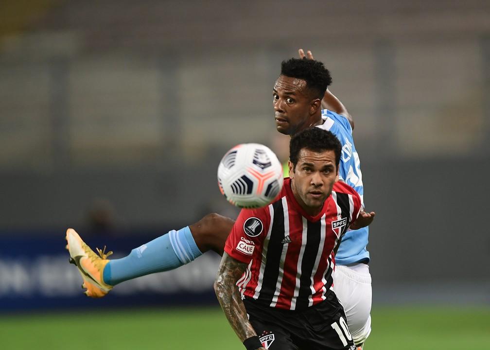 Daniel Alves atuou na lateral contra o Sporting Cristal — Foto: Staff Images / CONMEBOL