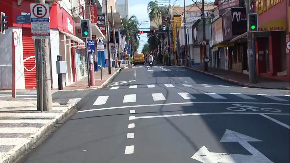 Rua do Centro de Araraquara na manhã desta segunda-feira (22) — Foto: Nilson Porcel/EPTV