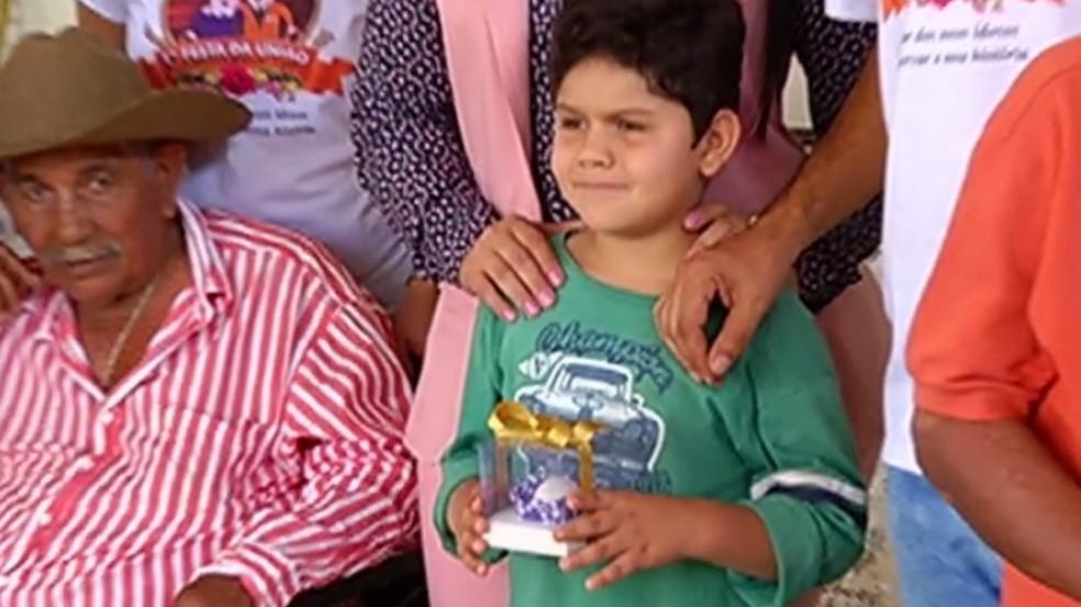 Luiz Gustavo Rodrigues, de 8 anos, doou o ovo para ajudar no leilão do abrigo de idosos de Caçu, Goiás — Foto: Reprodução/TV Anhanguera