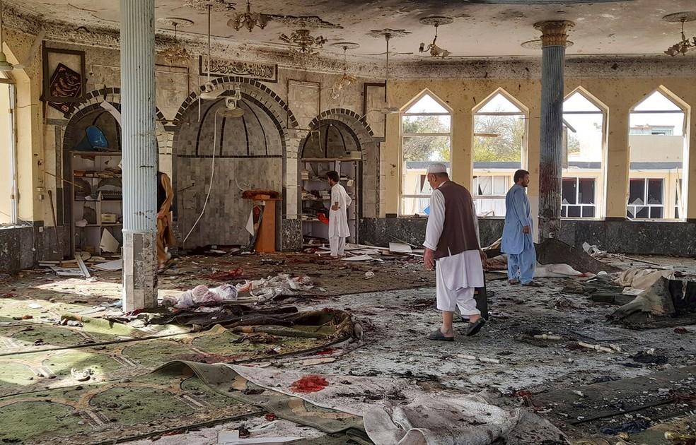 Imagem de uma mesquita xiita destruída na cidade de Kudunz, no Afeganistão, em 8 de outubro de 2021 — Foto: Abdullah Sahil/AP
