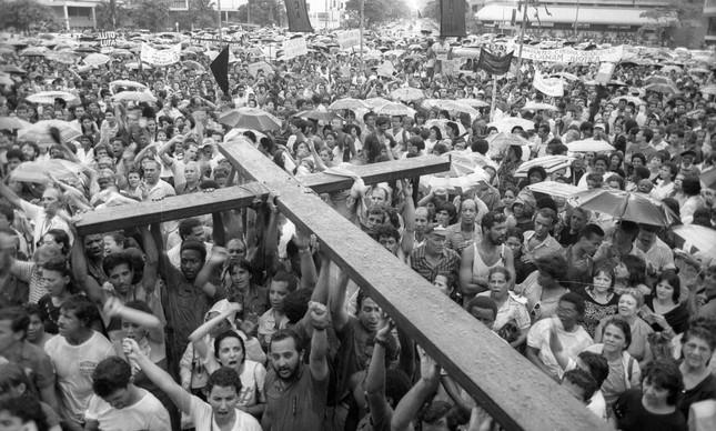 Cruz representa o luto pelos três trabalhadores que perderam a vida nos confrontos com o Exército