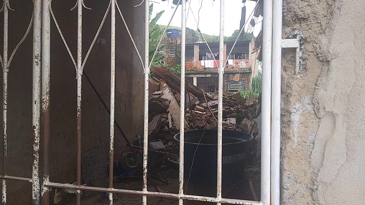 Defesa Civil interdita casa no bairro Boa Sorte, em Barra Mansa, após imóvel vizinho desabar