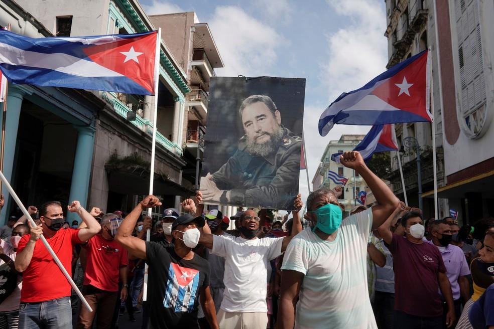Apoiadores do governo cubano saem às ruas em Havana para fazer frente a marchas opositoras — Foto: Alexandre Meneghini/Reuters