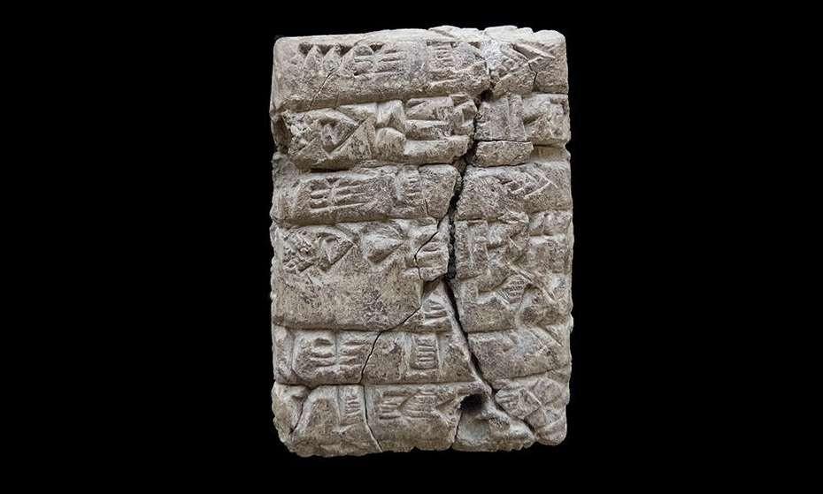 Pedaço de argila com escrita cuneiforme encontrado em cidade perdida do Império Acádio (Foto: A. Tenu / Mission archéologique française du Peramagron)