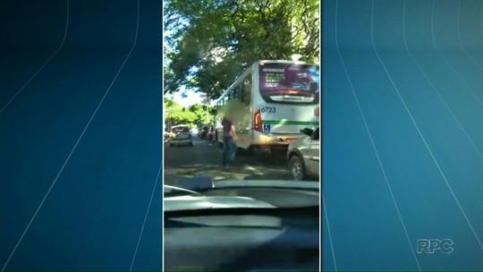 Motorista usa enxadinha para furar lataria de ônibus do transporte coletivo em Maringá; VÍDEO