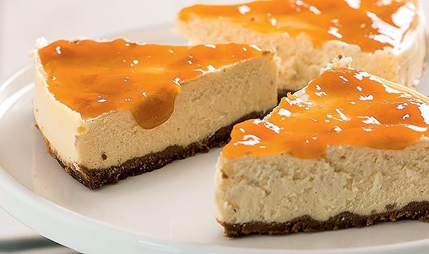 Cheesecake diet com calda de damasco (Foto: Iara Venanzi/Casa e Comida)