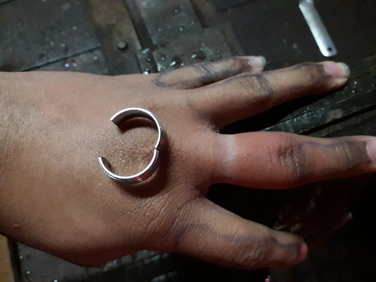 Adolescente procura Corpo de Bombeiros para retirar anel preso em dedo em Patos de Minas
