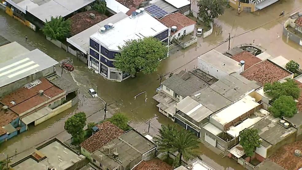 Carros tentaram passar em área alagada após fortes chuvas no bairro do Ipsep, na Zona Sul do Recife, na segunda-feira (12) — Foto: Reprodução/TV Globo