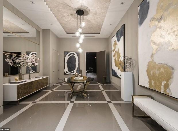 Para ligar um cômodo ao outro, uma antessala é coberta por obras de arte (Foto: Realtor/ Reprodução)