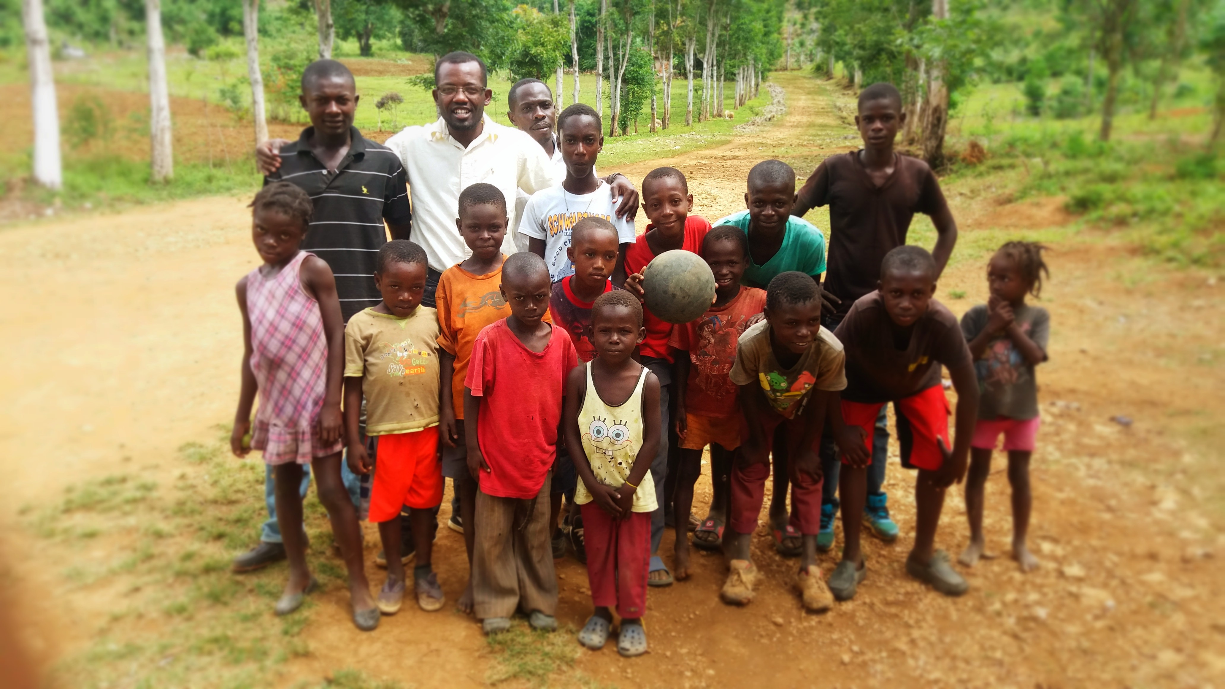 Crianças da comunidade de Don de l'amitié, onde Jac-Ssone nasceu (Foto: Divulgação)