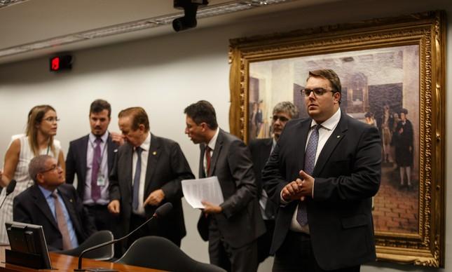 O presidente da CCJ, Felipe Francischini, à direita