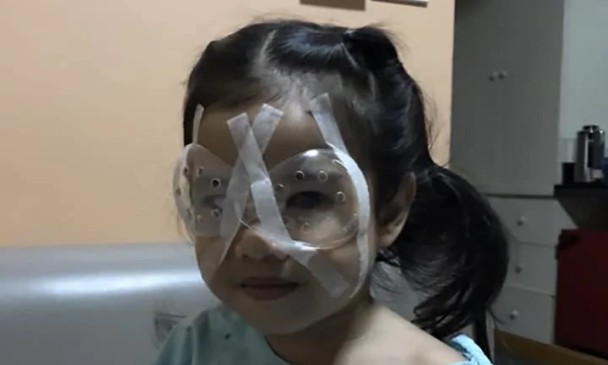 Menina passou por uma cirurgia recentemente (Foto: Kidspot)