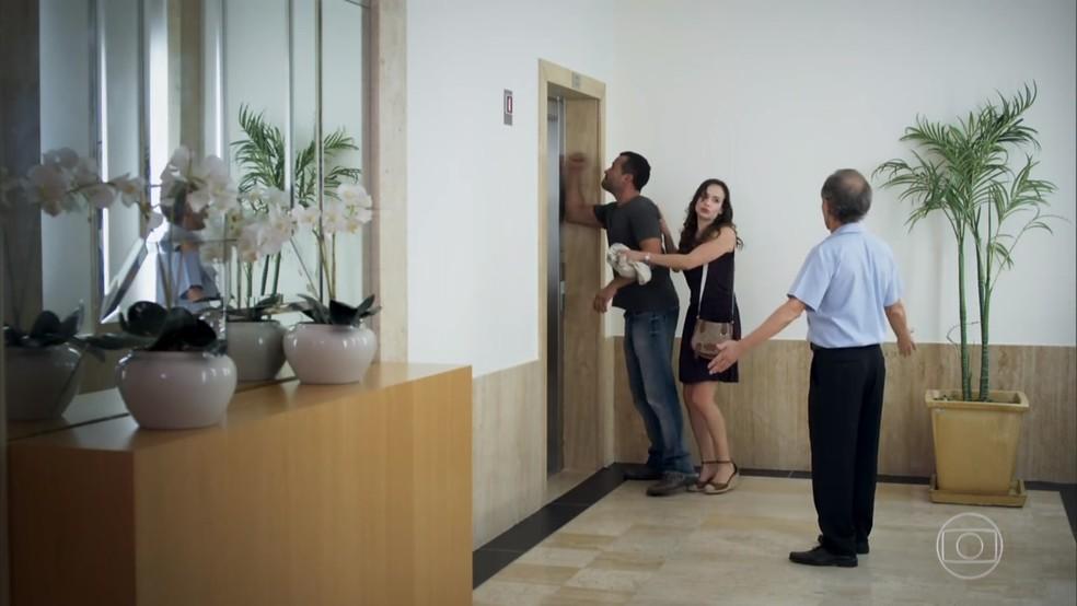 Apolo (Malvino Salvador) tenta tirar Tancinha (Mariana Ximenes) do elevador onde ela está presa com Beto (João Baldasserini) - 'Haja Coração' — Foto: Globo