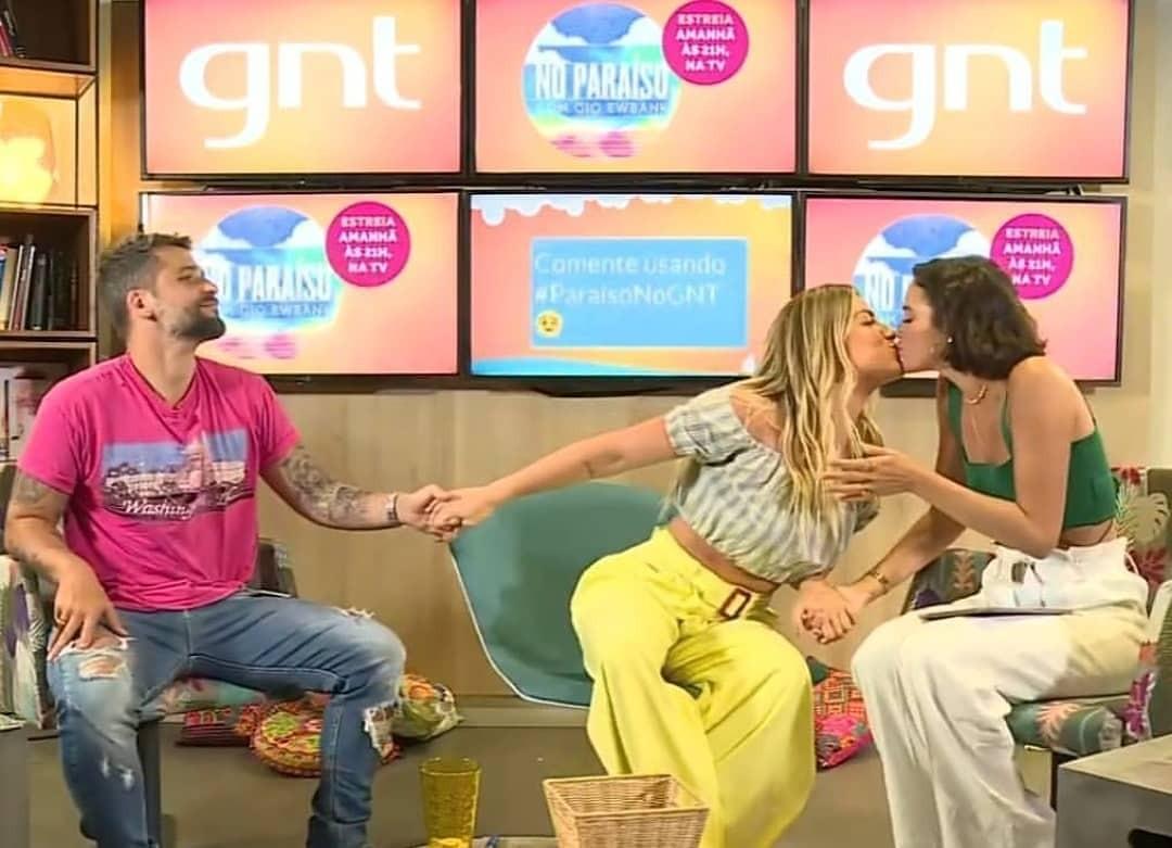 Bruna Marquezine dá selinho em Giovanna Ewbank (Foto: Reprodução / Instagram)