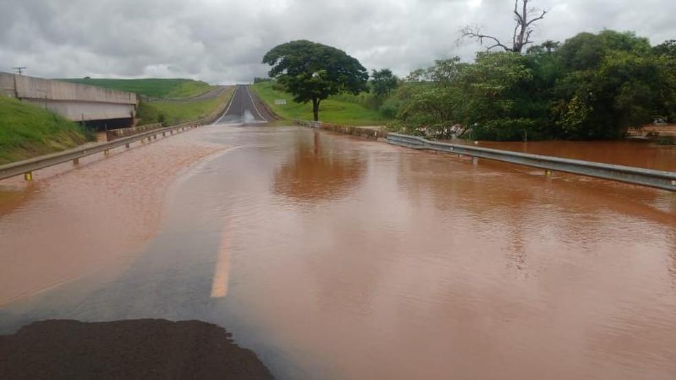 Barreira de represa se rompeu no domingo após a chuva e água inundou pista da Raposo Tavares em Paraguaçu Paulista, que foi interditada — Foto: Polícia Rodoviária/Divulgação