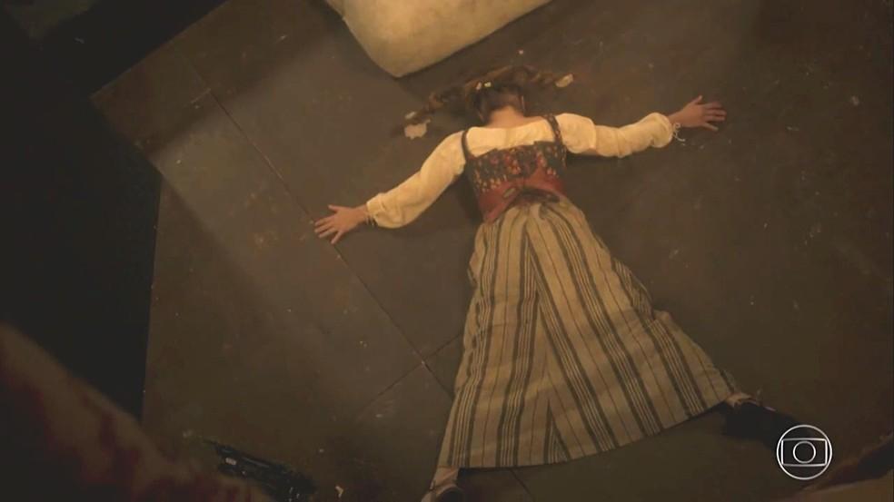 Por conta de uma armadilha de Germana (Vivianne Pasmanter), madame Villeneuve (Heloisa Perissé) se esborracha no chão e não pode continuar atuando na peça, em 'Novo Mundo' — Foto: TV Globo