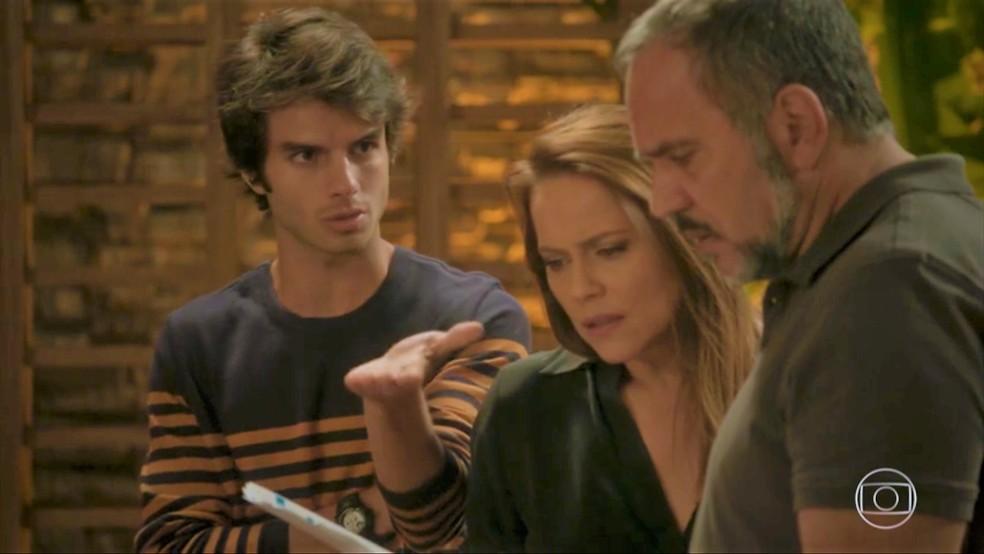 Fabinho (Daniel Blanco) mostra resultado de amostra do jantar para os pais — Foto: TV Globo
